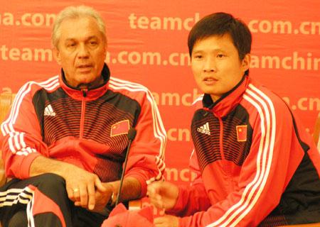 图文:国奥将帅做客中国之队 与杜伊对话
