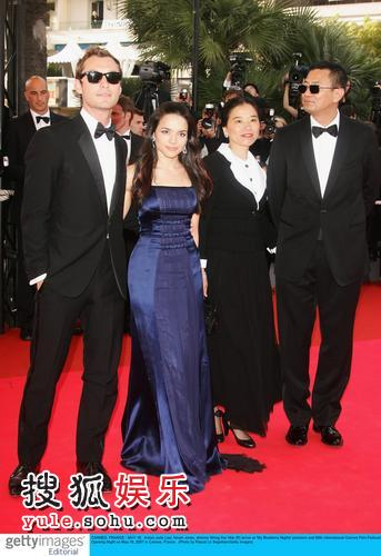 图:第60届戛纳电影节开幕夜王家卫携夫人及《蓝莓之夜》主创到场
