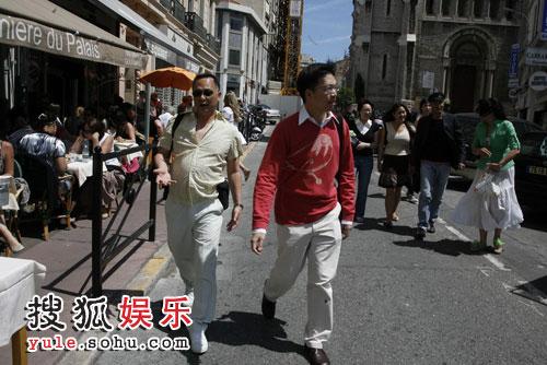 杜琪峰走在街上