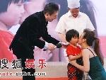 赵薇亲吻受捐赠儿童