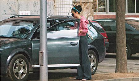 王菲独自驾车去练瑜伽