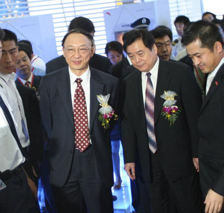 图文:中国国际体育用品博览会开幕 刘鹏参观