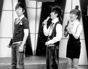 昨晚的节目录制现场,张杰(左)与谢娜(右)同台亮相