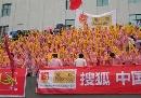 图文:[国奥]中国之队啦啦队贵阳助阵 桔红火焰