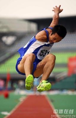 图文:第七届残运会田径比赛 重庆选手轻松一跳