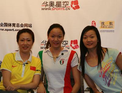 花游姐妹花蒋文文(右一)、蒋文婷婷(中)和教练郑嘉(左一)作客华奥星空