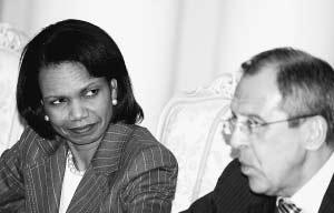 5月15日,美国国务卿赖斯(左)在莫斯科与俄外长拉夫罗夫会谈结束后出席新闻发布会。