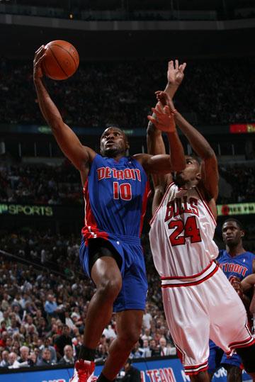 图文:[NBA]活塞vs公牛 林赛-亨特突破上篮