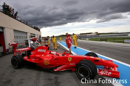 图文:[F1]里卡多赛道测试 莱科宁准备出发