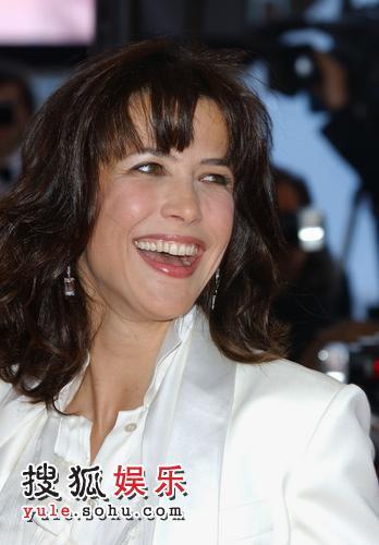 图:苏菲-玛索助阵《十二宫》首映 笑容满面
