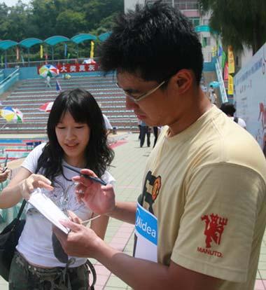 图文:全国游泳冠军赛 吴鹏成为美女们追逐偶像