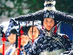 """在小区里,模特试穿以陕北蓝印花布为基调的""""兰花花""""系列作品"""