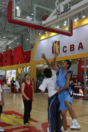 图文:第二十届体博会继续进行 现场篮球赛