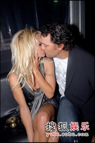 图:帕米拉-安德森与新男友在贵宾间热吻缠绵