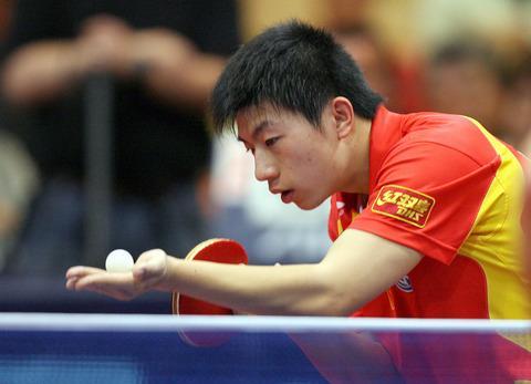 图文:[世乒赛热身]中国5-0奥地利 马龙发球