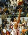 图文:男篮比赛前热身 直突篮下