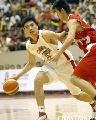 图文:男篮比赛前热身 相仿纠缠在一起