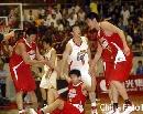 图文:男篮比赛前热身 队员互相搀扶