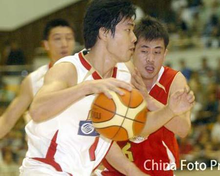 男篮比赛前热身 边强奋力防守