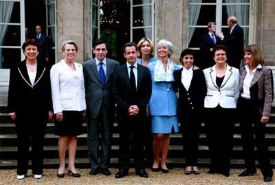 萨科齐总统和菲永总理还与女部长们单独合影