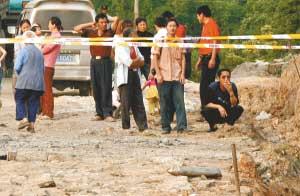昨中午11时50分,大足县拾万镇福利村三社,一枚直径超过20厘米的炮弹壳呼啸着从天而降,掉落在公路边。附近村民好奇,用铁锹掘出后,争相抱起观看。