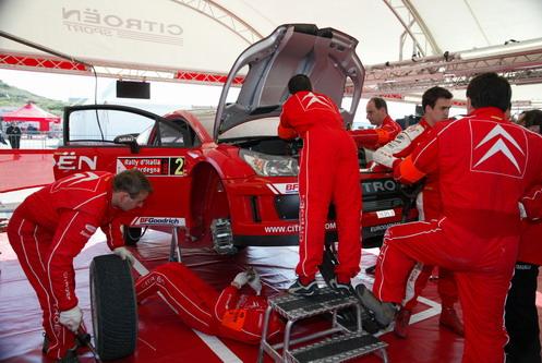 图文:[WRC]意大利站第一阶段 车队抢修索多赛车