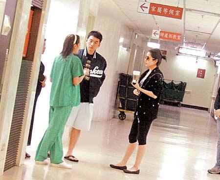见到护士(左起),萧小弟跟Elva上前询问妈妈状况