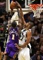 图文:[NBA]太阳VS马刺 邓肯对小斯犯规
