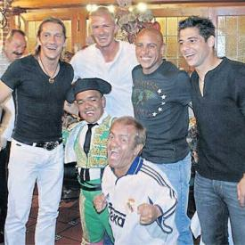 小贝和朋友们在宴会上,图片来自《阿斯报》