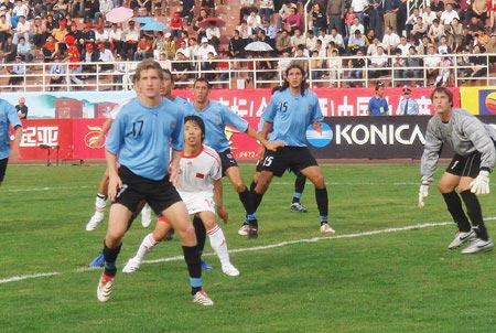 图文:[国青]中国0-1乌拉圭 身陷包围
