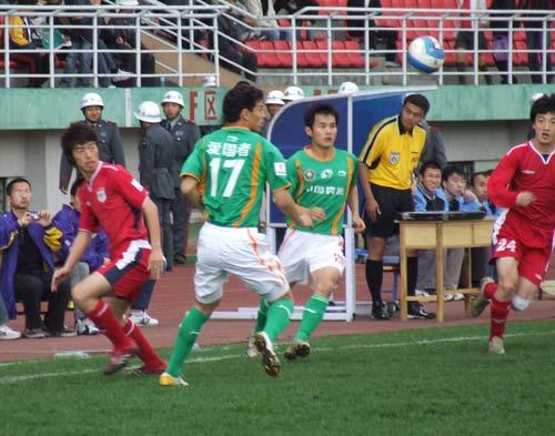 图文:[中甲]毅腾1-0北理工 双方球员争球