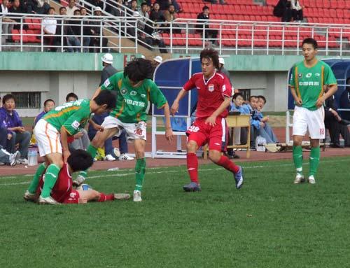 图文:[中甲]毅腾1-0北理工 队员倒地护球