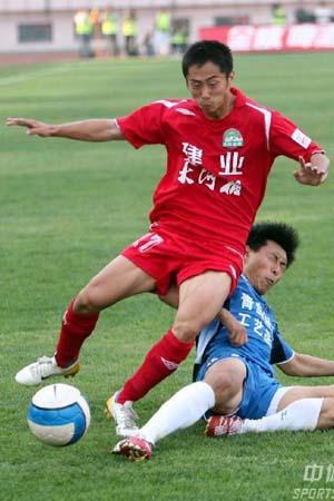 图文:[中超青岛2-1河南 青岛队拼抢凶狠