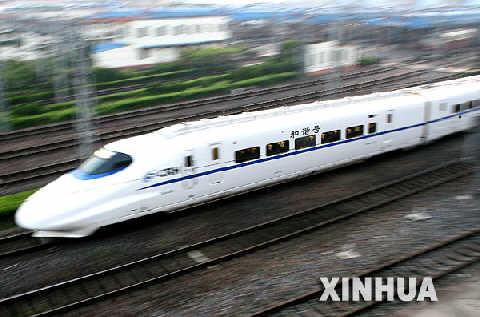 """4月18日,由<span class='articleLink'></td></tr></table><a href='http://map.sogou.com/new/#c=13522000,3641093,11' target=_blank>上海</a></span>开往苏州的时速达200公里的""""和谐号""""动车组D460次列车,高速驶往苏州。这是从18日零时起中国第六次铁路大提速后发出的首趟动车组列车。 新华社记者陈飞摄"""