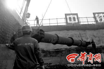 为保证地铁开挖工程安全,工人在吊装钢支撑