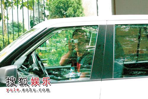郑伊健边开车边拍记者,危险驾驶颇不在意
