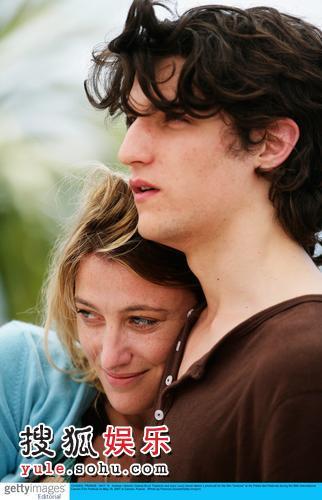 图:《Actrices》记者会 瓦莱丽雅与男星亲密
