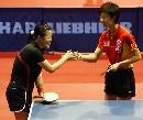 图文:中国乒乓队积极备战 张怡宁王楠拍手庆祝