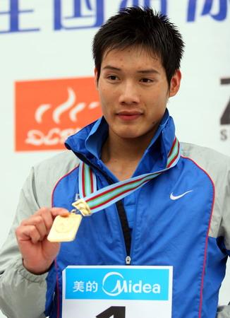 图文:全国游泳冠军赛第六日 赖忠坚展示金牌