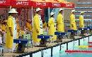 图文:全国游泳冠军赛 裁判员头戴草帽继续执法