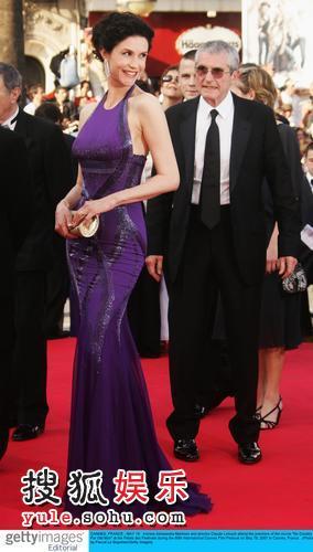 马提尼斯身穿紫裙优雅迷人