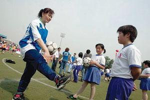 刘爱玲向球迷讲解动作