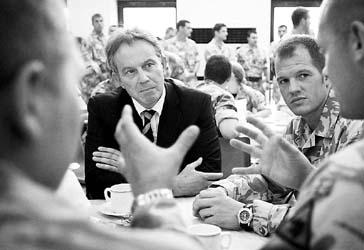 布莱尔与英国驻军喝茶