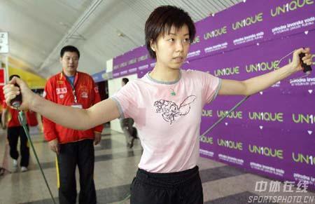 图文:中国乒乓队轻松备战 张怡宁训练轻松