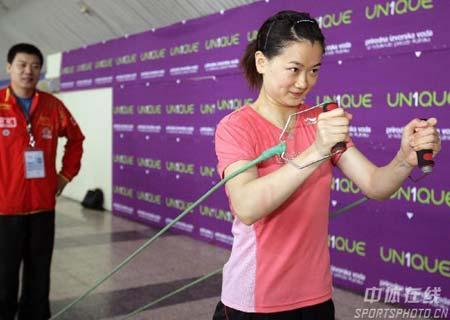 图文:中国乒乓队轻松备战 彭陆洋练拉力