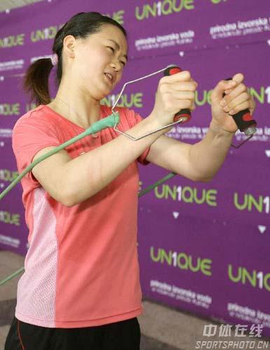 图文:中国乒乓队轻松备战 彭陆洋苦练力量
