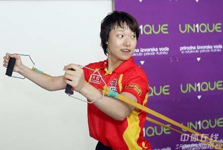 图文:中国乒乓队轻松备战 李楠游刃有余
