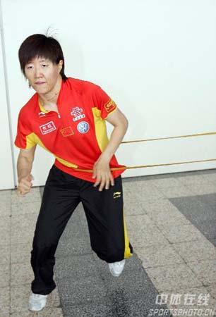 图文:中国乒乓队轻松备战 郭焱步法灵活