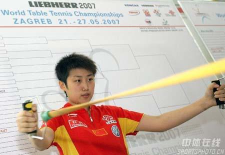图文:中国乒乓队轻松备战 郭跃训练认真