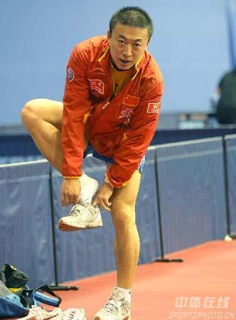 图文:中国乒乓队轻松备战 马琳训练完毕